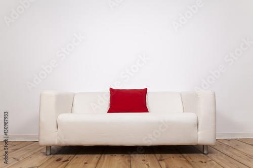 sofa mit roten kissen und wei er wand stock photo and
