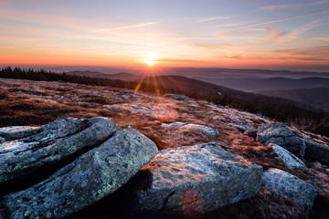 Sonnenaufgang auf dem Brocken mit Blick zur Sonne
