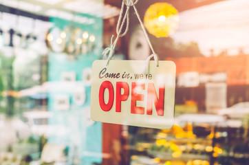 Open sign broad through the glass of door in cafe. Fototapete