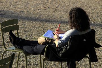 Étudiante dans un jardin parisien