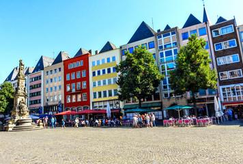Eine Reihe bunter  Häuser am Alter Markt in Köln