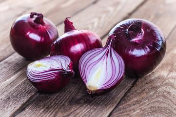 Fototapeta red onions on rustic wood obraz
