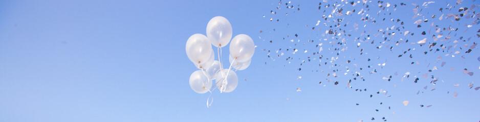 Palloncini che volano e coriandoli alla festa
