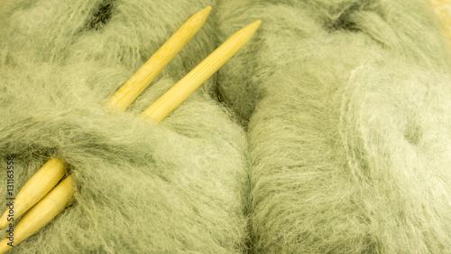 Flauschige Wolle Im Knael Mit Holznadeln Stockfotos Und Lizenzfreie