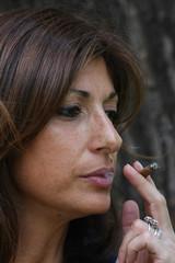 Donna che fuma il sigaro