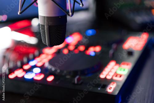 dj equipment at night club stockfotos und lizenzfreie bilder auf bild 131223796. Black Bedroom Furniture Sets. Home Design Ideas