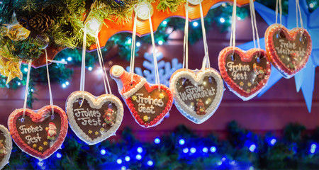 Lebkuchenherze in einer Reihe auf Weihnachtsmarkt