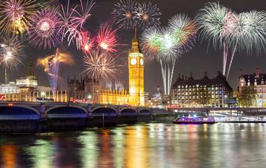 Feuerwerk über dem Big Ben und Westminster Brücke in London