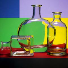 Натюрморт с бутылками на цветном фоне