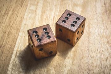 Zwei Holzwürfel mit Sechserpasch.