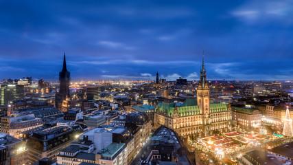 Rathaus und Weihnachtsmarkt in Hamburg