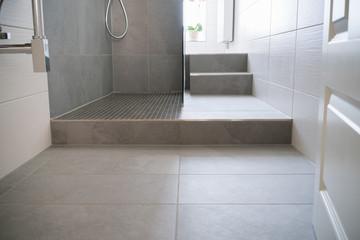 bodenfliesen in einem schmalen bad mit dusche