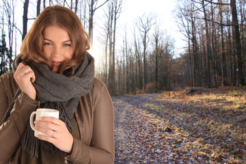 Frau mit Tasse im Wald