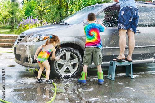 family car wash brother sister help dad with washing a car in the driveway photo libre de. Black Bedroom Furniture Sets. Home Design Ideas