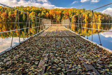 Pomost nad jeziorem Łagowskim w Łagowie jesienią przy ośrodku wypoczynkowym