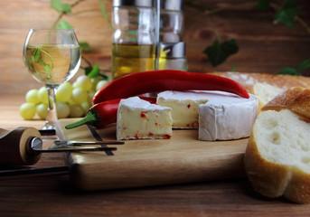 сыр камамбер с красным перцем