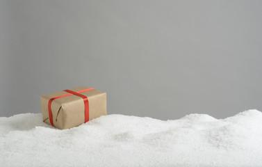 Caja de regalos en la nieve