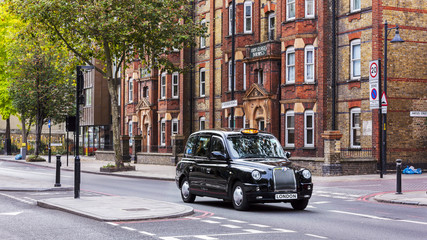 Tuinposter Londen Black taxi on a london street