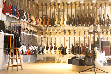 In de dag Muziekwinkel Guitars in music shop