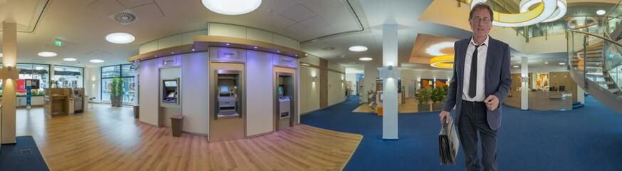 Bank Innenaufnahme mit Kunden Panorama