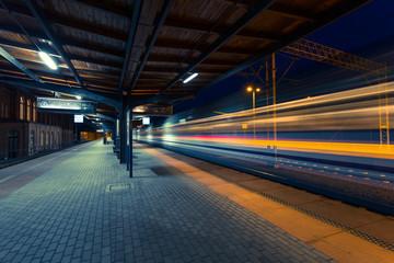 Kolejowa stacja podczas opóźnienia