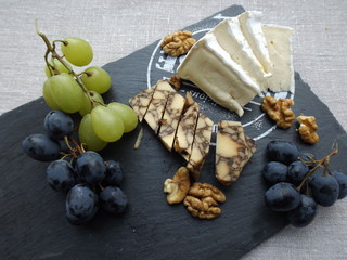 Cheeseboard. Brie cheese, seasoned in Porter cheese and grapes.