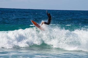 surfista vola su un'onda gigante alle isole Canarie