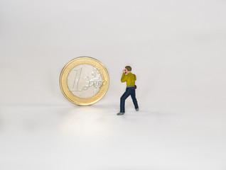 Hombre fotografiando moneda