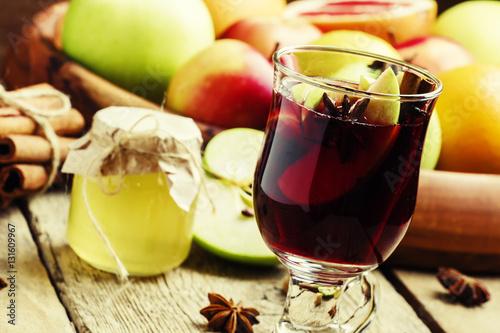 Photo: Apple-vanilla mulled wine with honey, anise, cinnamon, cloves ...