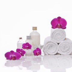 Photo sur Aluminium Spa Spa still life with bottle of herbal essenses with orchid,towel