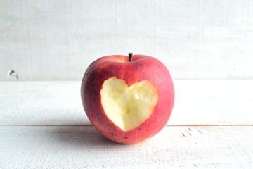 一個のハート形に皮を剥いた林檎