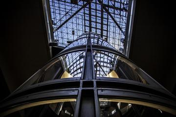 Gläserner Aufzug in einem Bahnhof