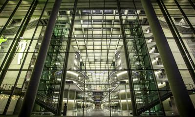 Moderne Glasfassade eines Gebäudes in Berlin