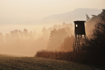 Photo sur Plexiglas Chasse Autumn sunrise atmosphere with hunting high stand in Czech Republic