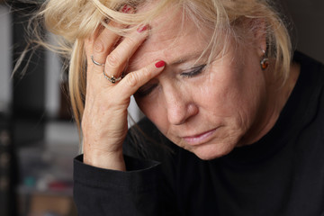 femme senior en souffrance