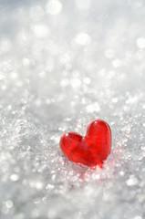 きらめく雪と赤いハート