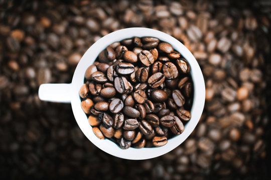 Kaffeebohnen in einer Tasse (Draufsicht)