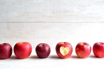 整列した林檎 ハート型に皮を剥いた一個の林檎
