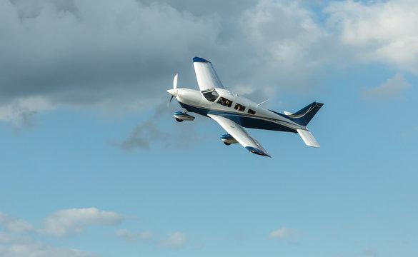Single turboprop aircraft landing aircraft.
