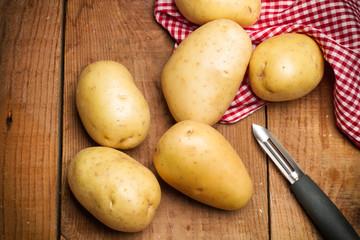 Patatas sobre tabla de madera