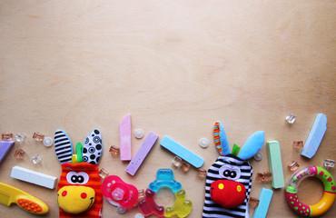 Детские игрушки и мелки для рисования на деревянном фоне