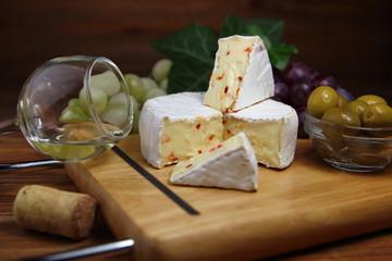 сыр камамбер с оливками и белым вином