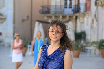 Giovane donna siciliana in piazza Duomo a Siracusa in SIcilia