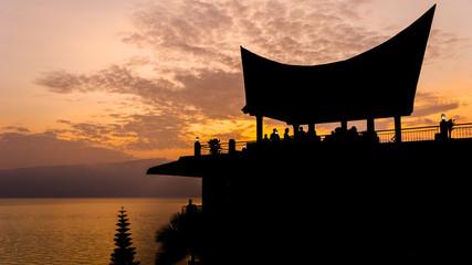 Azjatyckie dachy w kształcie odwróconej łodzi w SPA