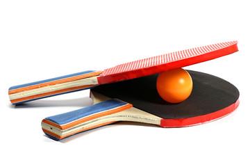 Tischtennisschläger und -ball isoliert auf weißem Hintergrund