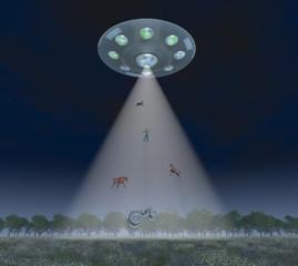 Mann, Tiere und Traktor schweben im Lichtstrahl einer fliegenden Untertasse