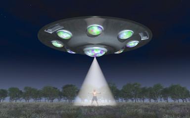 Mann im Lichtstrahl einer fliegenden Untertasse