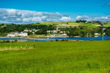 Malerische Landschaft mit Siedlung an der Küste von Irland