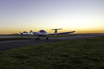 Flugplatzgelände im winterlichen Sonnenuntergang