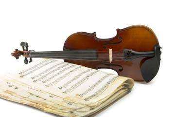 Натюрморт со скрипкой и старой нотной тетрадью на белом фоне